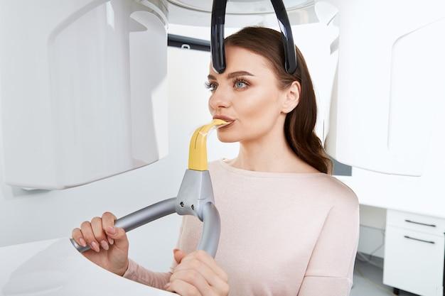 Atrakcyjny pacjent robi rentgen