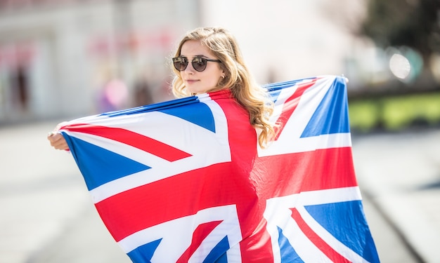 Atrakcyjny szczęśliwy młoda dziewczyna z flagą wielkiej brytanii.