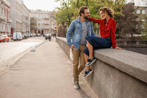 Atrakcyjny szczęśliwy uśmiechnięty mężczyzna i kobieta podróżujący razem