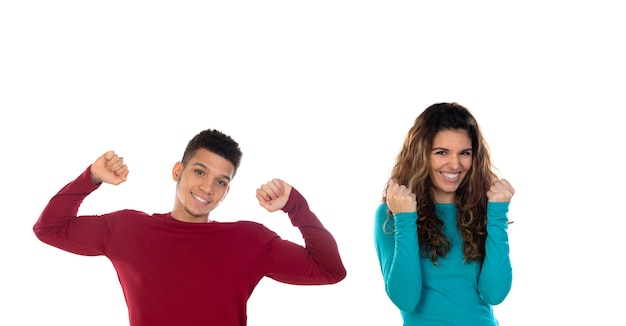 Atrakcyjny szczęśliwy zwycięzca młoda wieloetniczna para na białym tle
