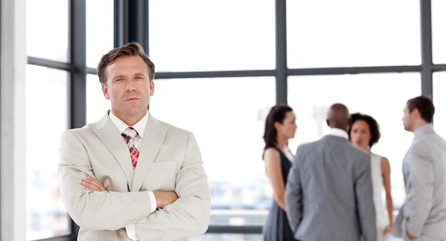 Atrakcyjny ufny męski kierownik prowadzi jego drużyny