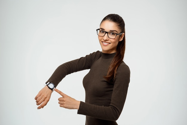 Atrakcyjny ufny żeński bizneswomanu punktu zegarek