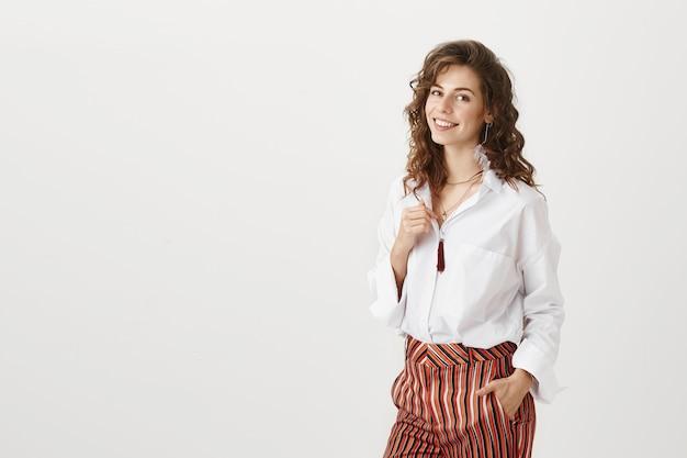 Atrakcyjny uśmiechnięty bizneswoman