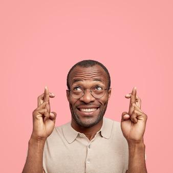 Atrakcyjny wesoły mężczyzna ma zębaty uśmiech
