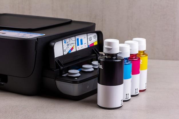 Atramentowa czterokolorowa drukarka z ciągłym dostarczaniem atramentu i butelkami z atramentem do napełniania