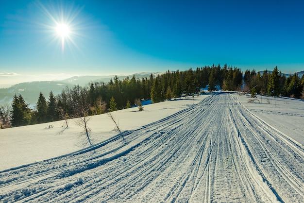 Atv i trasy narciarskie w śniegu w mroźny zimowy dzień