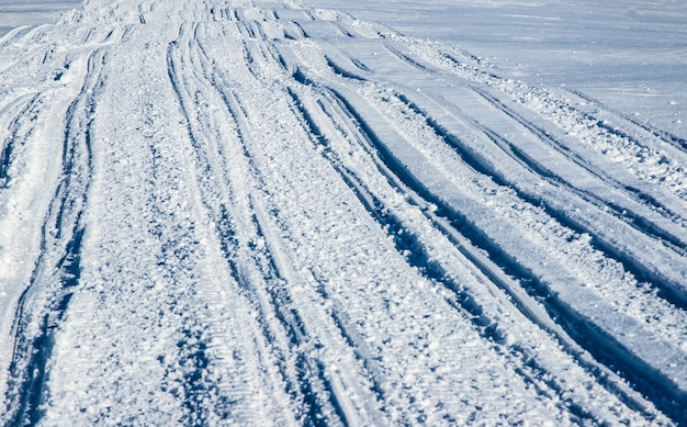 Atv i trasy narciarskie w śniegu w słoneczny mroźny zimowy dzień. pojęcie wypoczynku w zimowych górach europy.