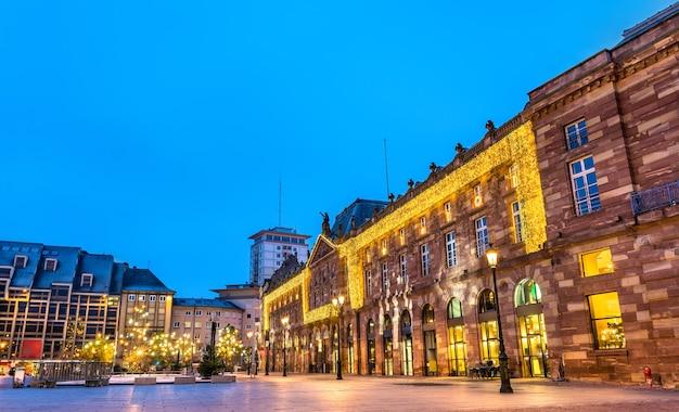 Aubette, zabytkowy budynek w strasburgu udekorowany na boże narodzenie. francja