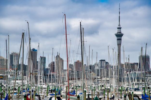 Auckland, nz - 27 sierpnia 2018: miasto port i łodzie w pochmurny poranek.