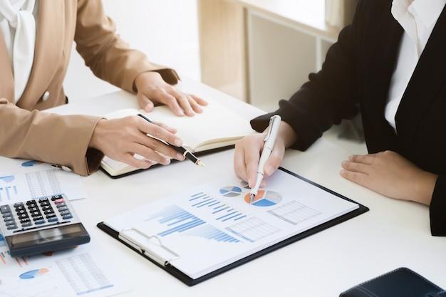 Audyt finansistów biznesowych współpracuje z rocznym raportem kalkulatora i danych