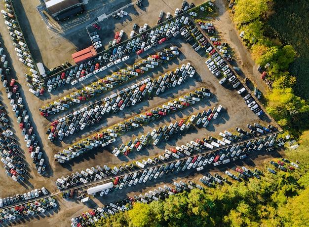 Aukcja na samochód rozprowadzany w rzędach na zaparkowanym terminalu samochodów używanych