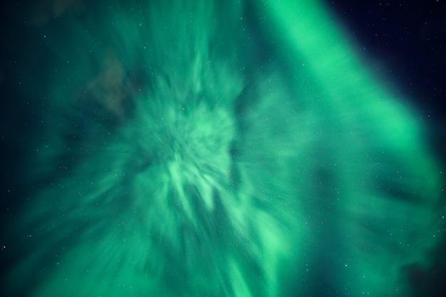 Aurora borealis, zorza polarna pokryta nocnym niebem na kole podbiegunowym w norwegii