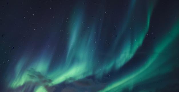 Aurora borealis, zorza polarna z gwiazdami świecącymi na nocnym niebie