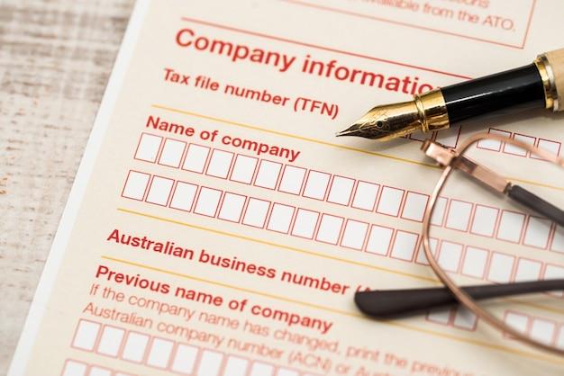Australijska deklaracja podatkowa i długopis na drewnianym stole
