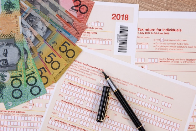 Australijski formularz podatkowy z kolorowych banknotów dolara australijskiego z bliska