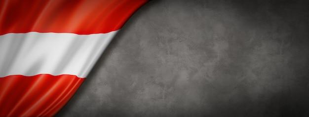 Austriacka flaga na betonowej ścianie