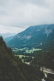 Austriackie alpy w pochmurny dzień. wygląd filmu w stylu vintage.