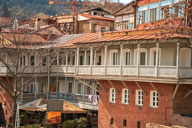 Autentyczna architektura przytulnej części starego miasta tbilisi. tbilisi, gruzja - 17.03.2021
