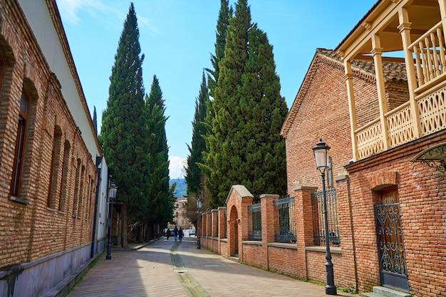 Autentyczna architektura przytulnej części starego miasta tbilisi