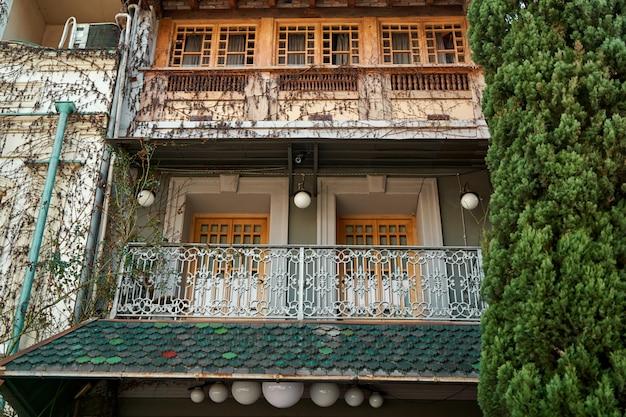 Autentyczna architektura przytulnej części starego miasta tbilisi.