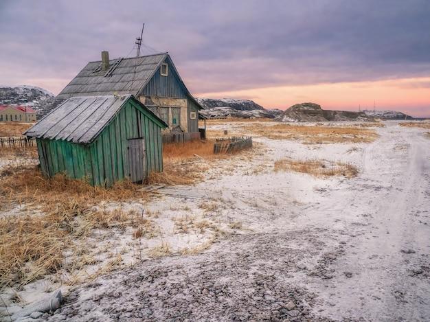 Autentyczna rosyjska wioska północna ze starymi zniszczonymi drewnianymi domami