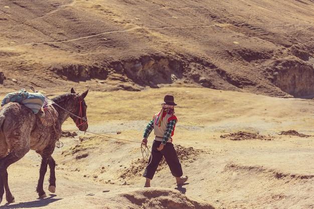 Autentyczna usługa przewodnika w vinicunca, region cusco, peru. montana de siete colores, tęczowa góra.