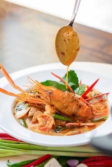 Autentyczne gorące i pikantne tajskie jedzenie tom yum kung