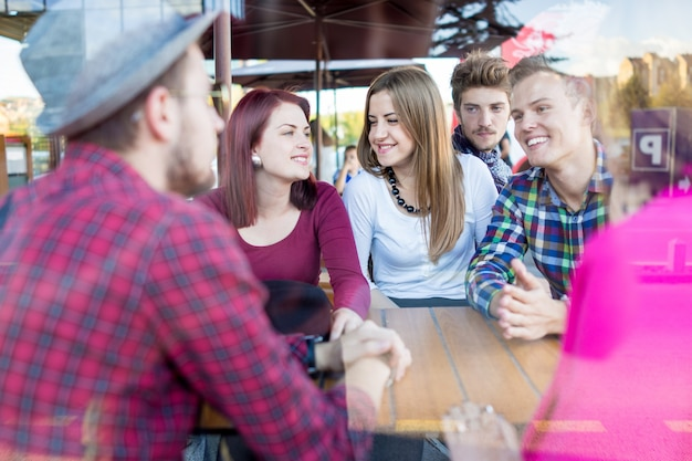 Autentyczny obraz młodych prawdziwych ludzi mających dobry czas razem