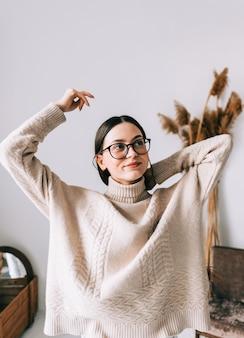 Autentyczny portret atrakcyjnej młodej kobiety rasy kaukaskiej w okularach w domu