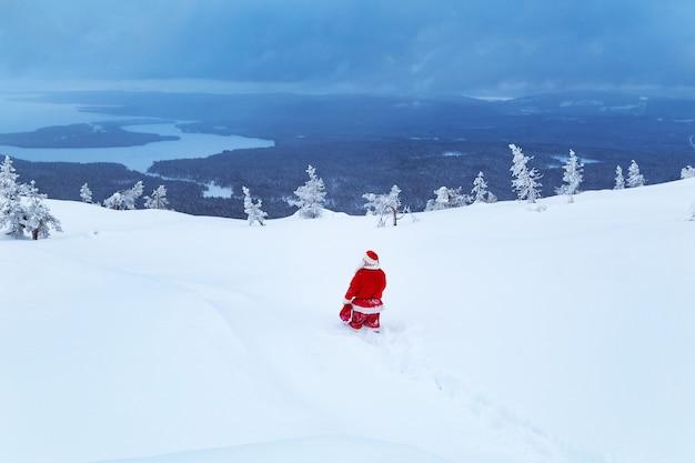 Autentyczny święty mikołaj na śnieżnej górze.