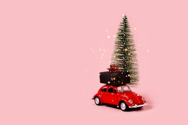 Autko z prezentami i dekoracjami świątecznymi.
