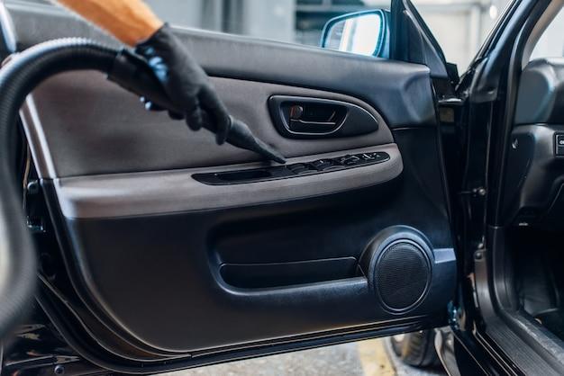 Auto detailing wnętrza samochodu w serwisie myjni.