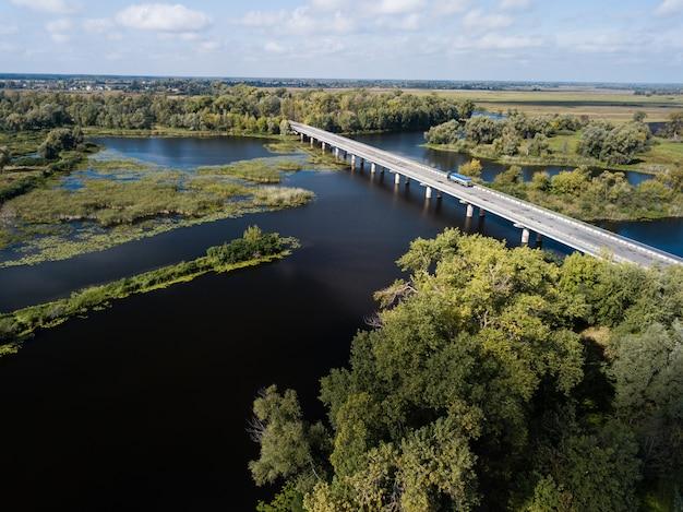 Auto droga most nad desna rzeką w chernihiv regionie, ukraina
