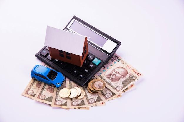 Auto finance and housing pożyczka lub zakup w indiach - koncepcja przedstawiająca model samochodu i domu w 3d, klucze, banknoty i kalkulator waluty indyjskiej itp.