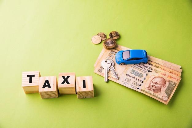 Auto finance lub pożyczka w indiach - koncepcja przedstawiająca model samochodu zabawki, klucze, banknoty indyjskiej waluty i kalkulator do obliczeń emi itp. ułożone na jasnym tle