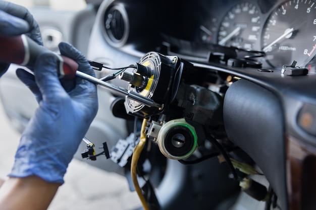 Auto mechanik naprawiający samochód