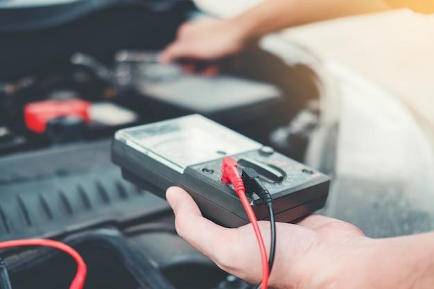 Auto mechanik pracuje w garażu technik ręce mechanika samochodowego pracy w auto naprawy