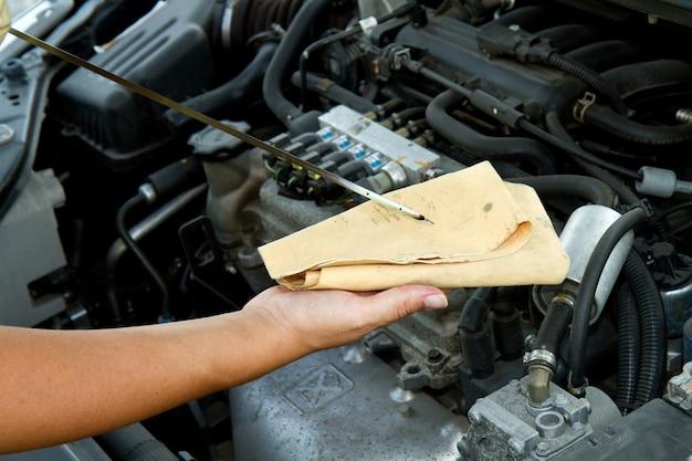 Auto mechanik sprawdza olej