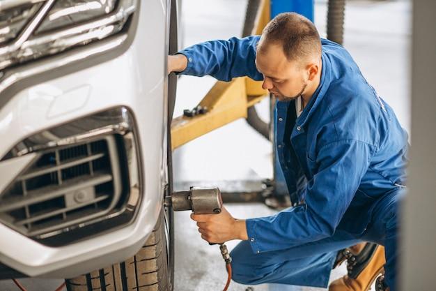 Auto mechanik sprawdza samochód
