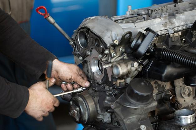 Auto mechanik sprawdzający silnik spalinowy
