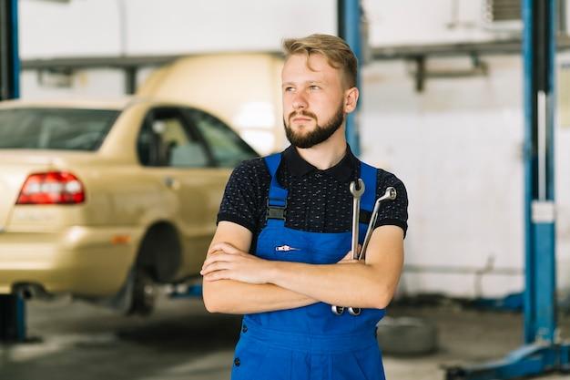 Auto mechanik w warsztacie