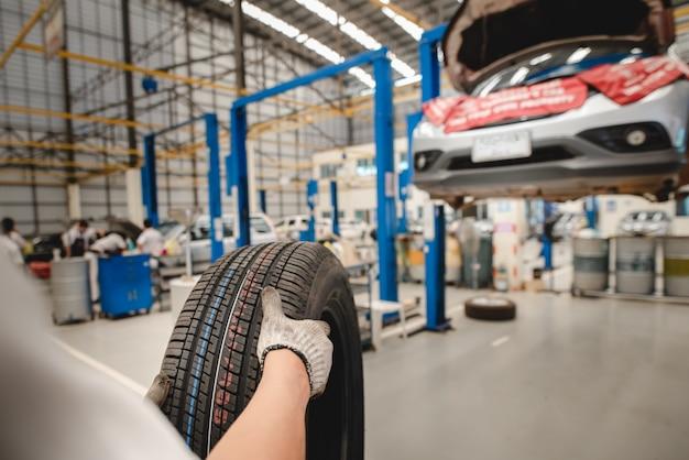 Auto mechanik zmienia nowe opony w warsztacie wymiany opon