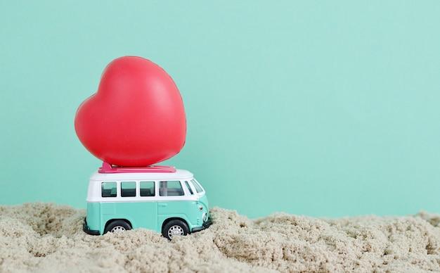 Autobus hipisowski z czerwonym sercem na dachu miniaturowy motyw małego samochodu transparent walentynki