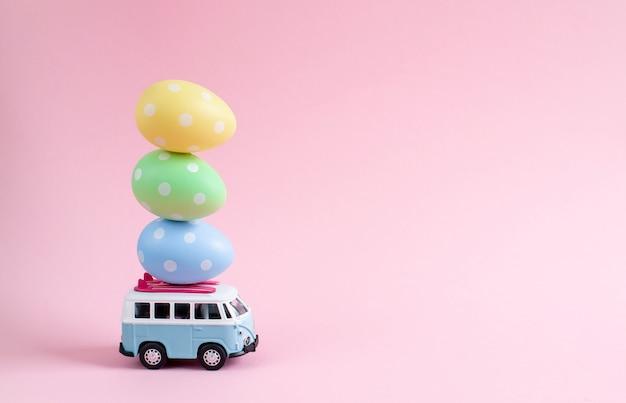 Autobus hippie z wielkanocnymi kolorowymi jajkami na dachu miniaturowy baner małego samochodu