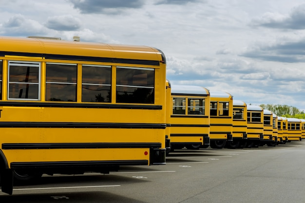 Autobus szkolny na amerykańskiej drodze miejskiej rano do szkoły