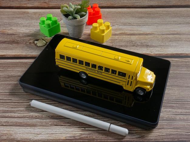 Autobus szkolny na tablecie do edukacji lub koncepcji e-learningu