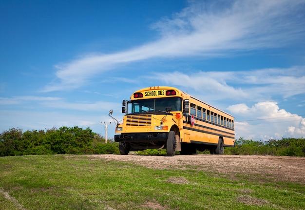 Autobus szkolny na tle ciemnoniebieskiego nieba