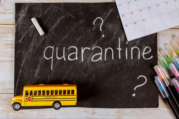 Autobus szkolny zabawka i tablica z kalendarzem.