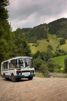 Autobus w wiejskim otoczeniu w świetle dziennym