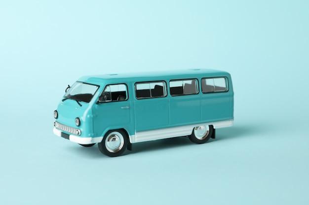 Autobus zabawka na niebieskim tle, bliska i wpisanie tekstu